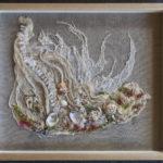 Marée basse : textile, coquillages et perles - format : 40 x 34,5 cm